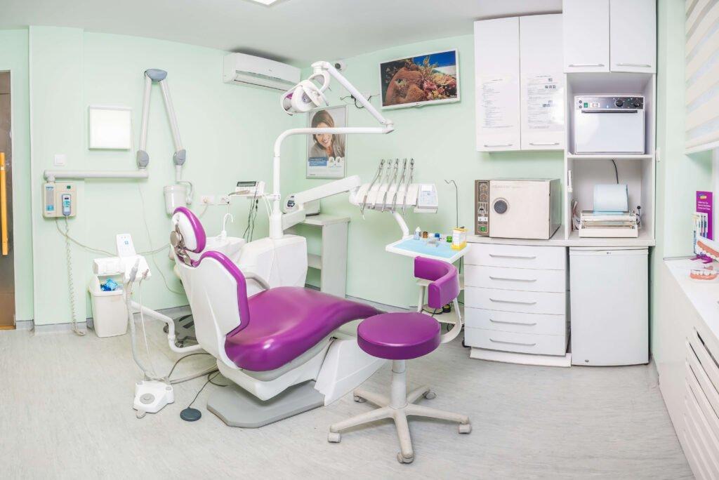 Prijatan ambijent u ordinaciji olakšaće i ulepšaće vam plombiranje zuba.